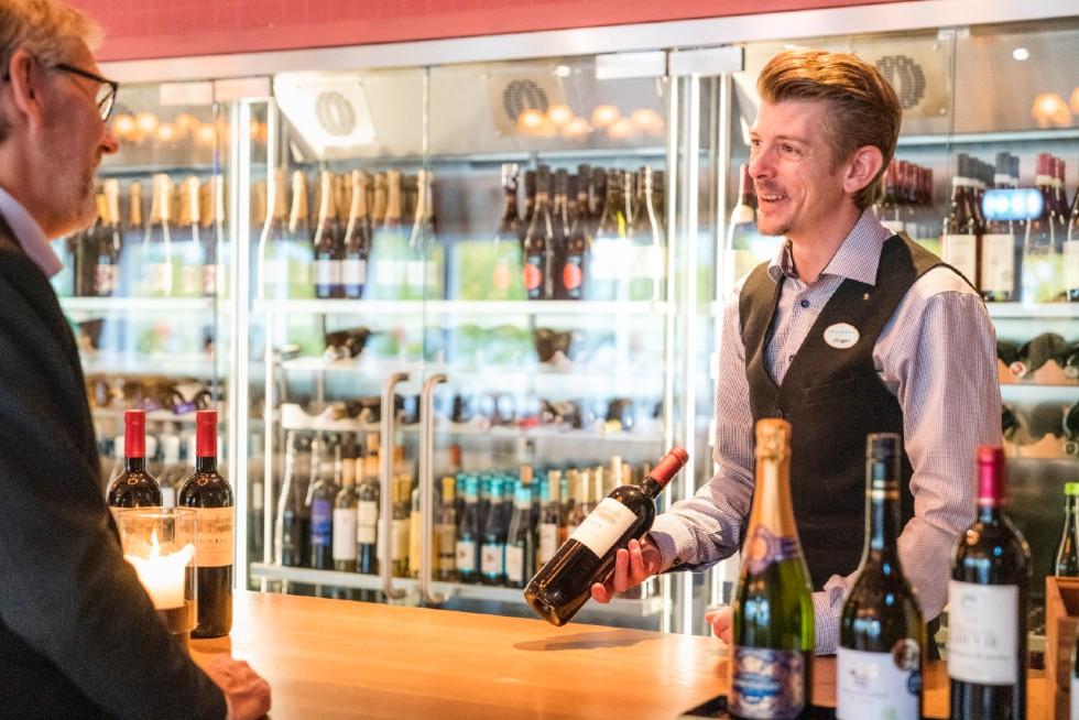 man-serverar-vin-på-konferenslokal